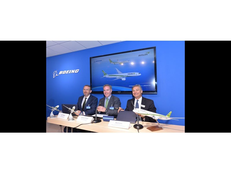 Avolon and Boeing executives celebrate 737 MAX and 787 Dreamliner commitment with desktop model. / Photo courtesy of Avolon