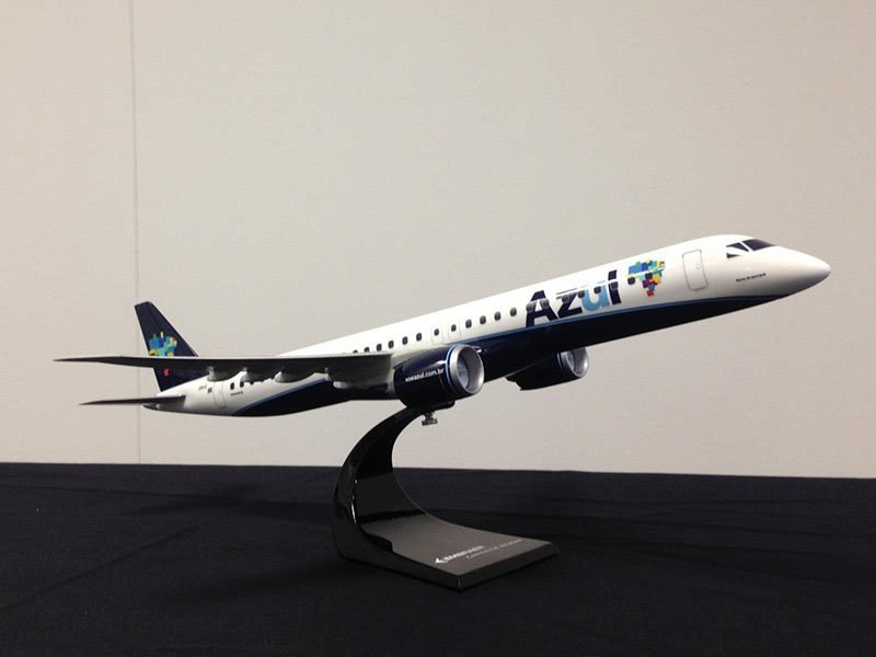 Embraer and Azul Brazillian Airlines seal deal for up to 50 E195-E2 jets at the 2014 Farnborough Air Show with 1/72 scale desktop model. / Photo courtesy of Embraer
