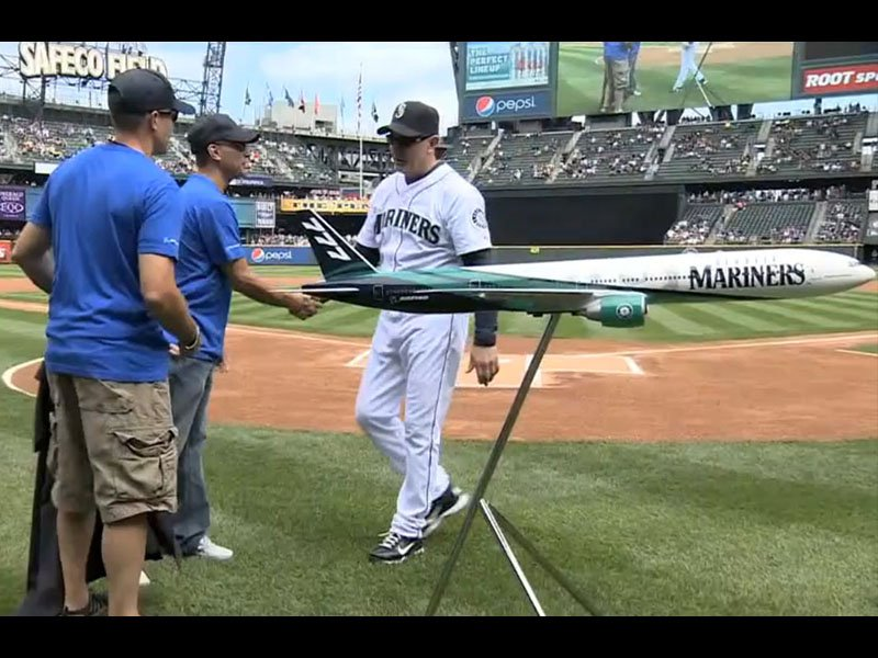 The Boeing Team presented the Seattle Mariners with a dedicated exhibit model.