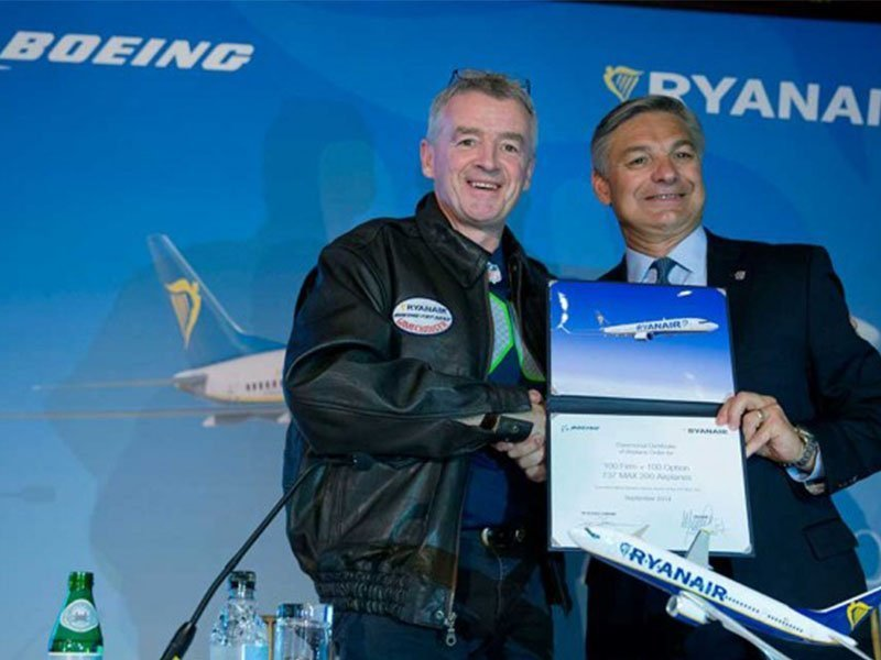 Michael O'Leary, CEO Ryanair, (left) and Ray Conner, President and CEO Boeing, celebrate the launch of the new 737 MAX variant. / Photo courtesy of Bloomberg