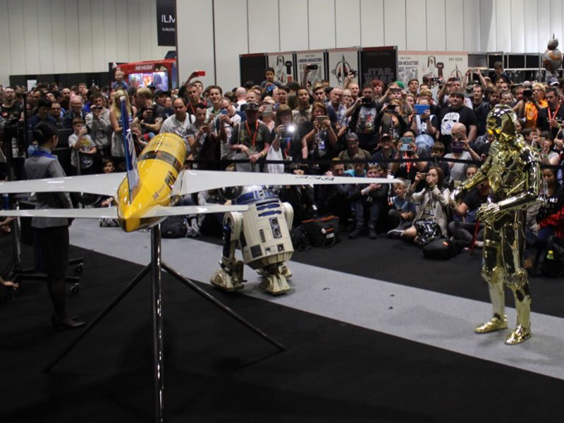 All three Star Wars droids pose in front of the newest Star Wars ANA Jet inspired by C-3PO. // Photo courtesy of PacMin and ANA.