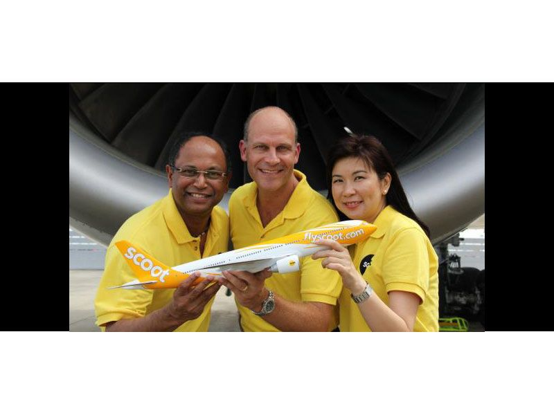 Scoot executives with a PacMin 777 desktop model