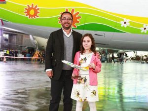 """Pegasus decorates its new 737-800 with the winning drawing from their """"World's Most Wonderful Gift"""" competition. // Photo courtesy of Pegasus"""