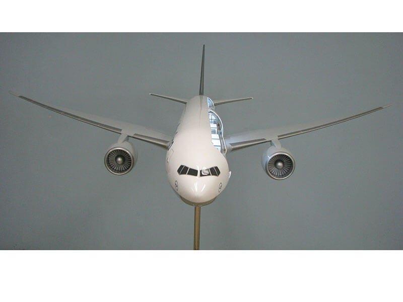 20 777 Lufthansa Front View