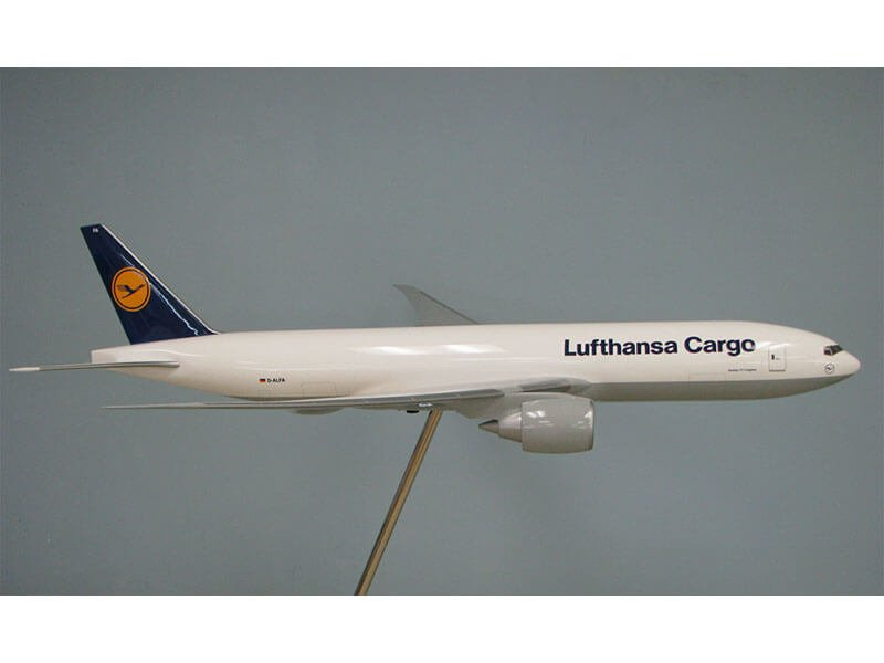 20 777 Lufthansa Side View
