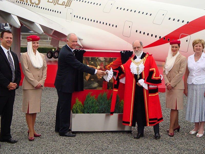 3 Emirates A380-2, handshake