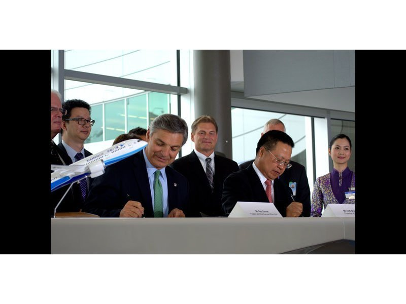 Ray Conner, president and CEO of Boeing Commercial Airlines, (left) and Che Shanglun, president and chairman of Xiamen Airlines, celebrate the delivery of the airline's first 787 Dreamliner. // Photo courtesy of China Daily
