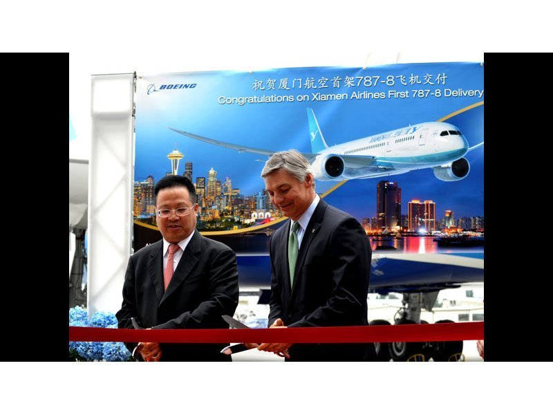 Executives from Boeing and Xiamen Airlines celebrate the delivery of the airline's first 787 Dreamliner. // Photo courtesy of China Daily