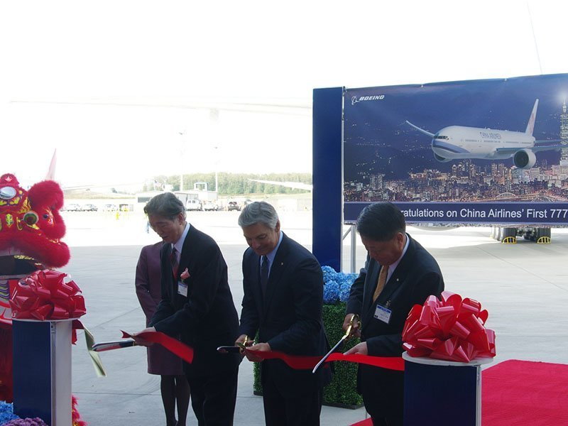 Executives from Boeing and China Airlines celebrate delivery of the airline's first 777-300ER. / Photo courtesy of AirlineReporter/Mal Muir