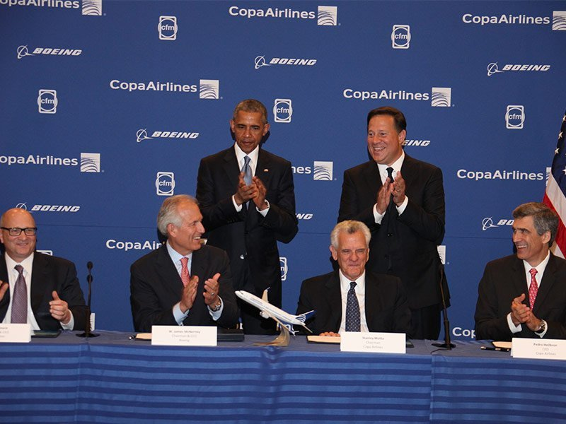 Panama President Juan Carlos Varela Rodriguez (right) and US President Barack Obama were at the signing ceremony between Copa Airlines and Boeing. A 1/100 scale 737 MAX model in the airline's livery was also present. / Photo courtesy of Boeing.