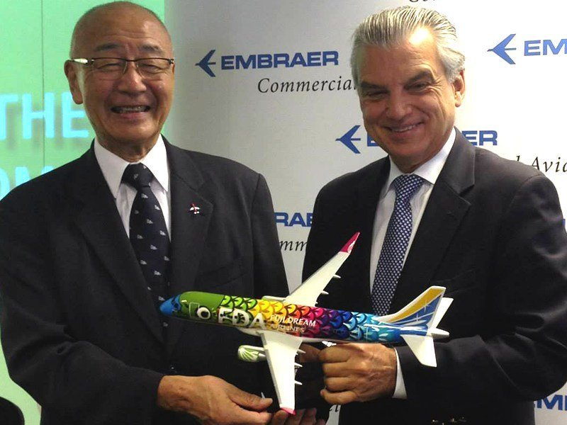 Yohei Suzuki, CEO & Chairman of Fuji Dream Airlines, with Paulo Cesar Silva, President & CEO of Embraer, and 1/72 scale E-175 model. // Photo courtesy of AINOnline