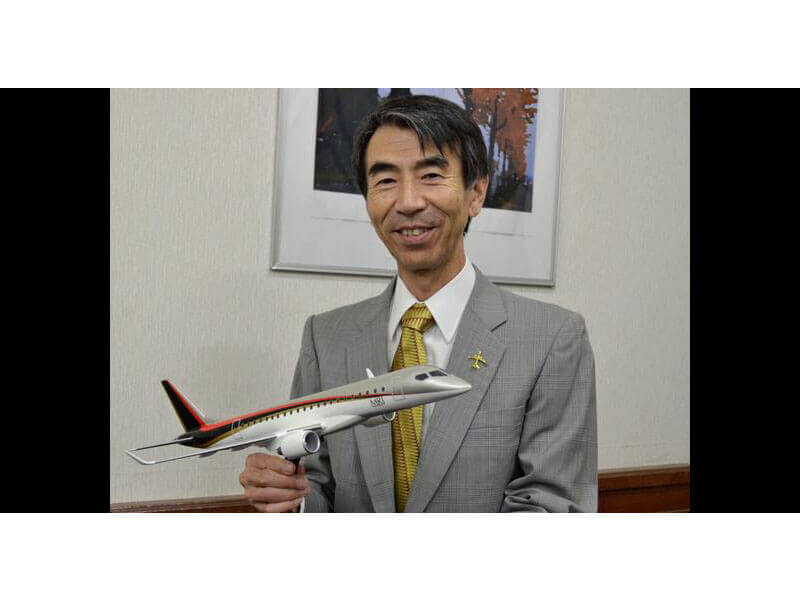 Mitsubishi Aircraft president and COO Teruaki Kawai with PacMin MRJ desktop model. / Photo courtesy of Nikkei